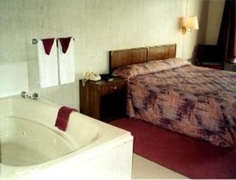 Knights Inn & Suites at Branson, Missouri USA - Indoor Suite